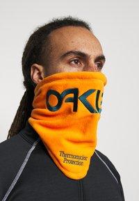 Oakley - NECK GAITER - Hals- og hodeplagg - bold orange - 1
