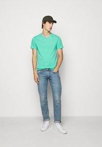 Polo Ralph Lauren - CUSTOM SLIM FIT JERSEY CREWNECK T-SHIRT - Basic T-shirt - sunset green - 1