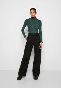 Victoria Victoria Beckham - TURTLENECK JUMPER - Sweter - emerald green - 4
