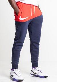 Nike Sportswear - Træningsbukser - university red/obsidian/white - 0
