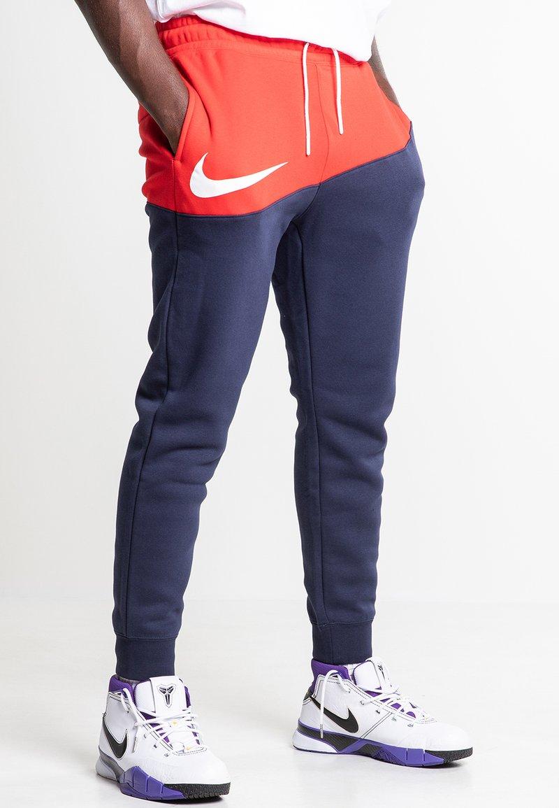 Nike Sportswear - Træningsbukser - university red/obsidian/white