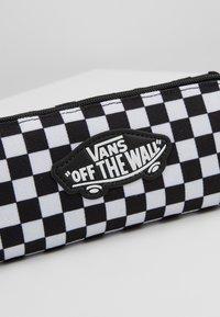 Vans - UY OTW PENCIL POUCH BOYS - Pencil case - black white check - 2