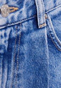 Bershka - MIT BUNDFALTEN - Short en jean - blue denim - 5