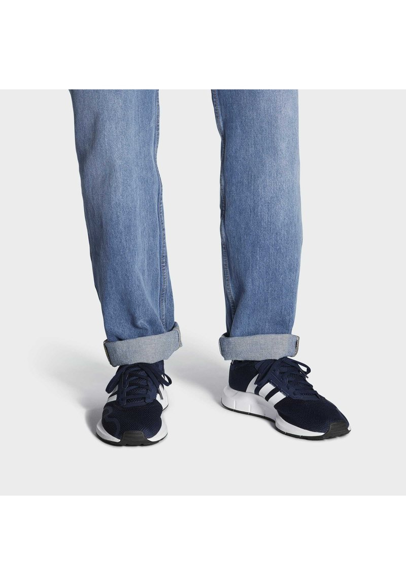 adidas Originals - SWIFT UNISEX - Sneakers - conavy/ftwwht/cblack