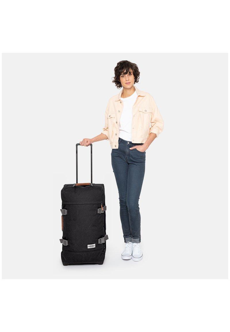 Eastpak - TRANVERZ M - Wheeled suitcase - graded jungle