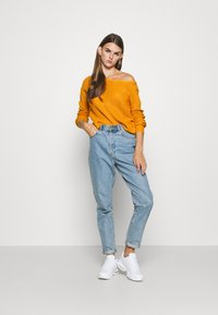 Missguided - OPHELITA OFF SHOULDER JUMPER - Trui - mustard - 1