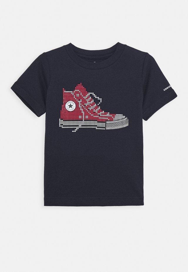 PIXEL CHUCK TEE - Print T-shirt - obsidian