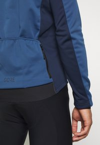 Gore Wear - TEX INFINIUM™ THERMO - Softshellová bunda - deep water blue/orbit blue - 5