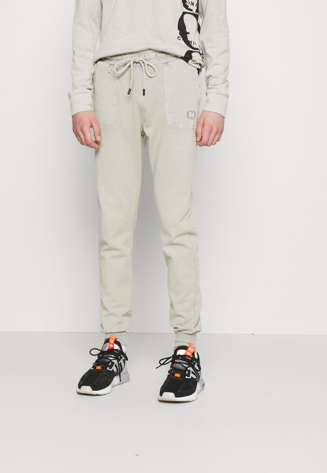 ESSENTIAL DISTRESSED - Pantaloni sportivi - washed powder grey