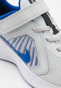 Nike Performance - DOWNSHIFTER 10 UNISEX - Neutral running shoes - photon dust/game royal/speed yellow - 5