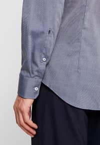 Seidensticker - SLIM FIT SPREAD KENT PATCH - Formal shirt - dark blue - 5
