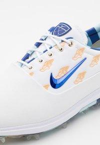 Nike Golf - AIR ZOOM VICTORY TOUR NRG US OPEN - Golfové boty - white/deep royal/topaz mist/celestial gold - 5