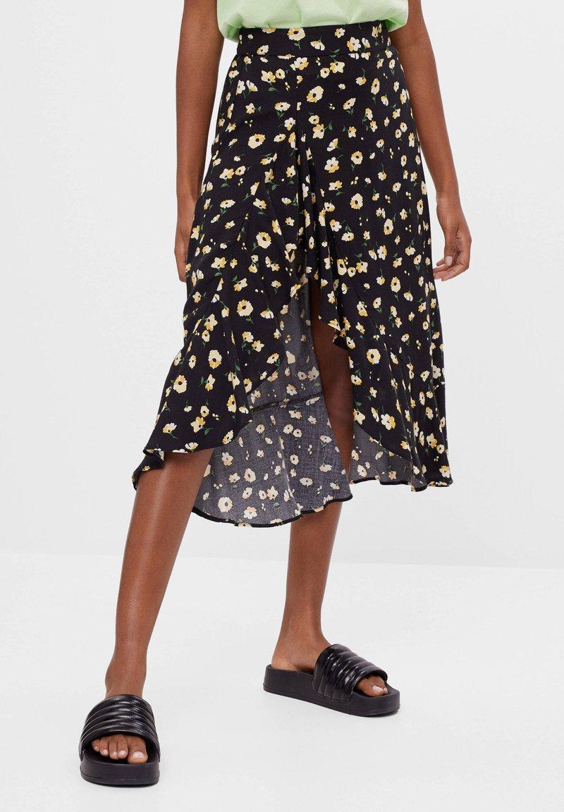 Bershka - ROCK MIT BLUMENPRINT UND VOLANTS - A-line skirt - black