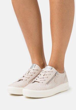 KELLI - Sneakers laag - beige/silver