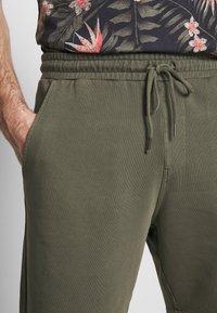 Junk De Luxe - Tracksuit bottoms - army - 4