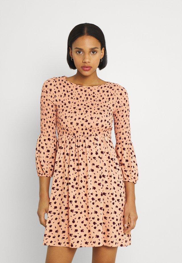 SMOCKED BUBBLE SLEEVE MINI DRESSES WITH ROUND NECK - Sukienka letnia - peach ditsy