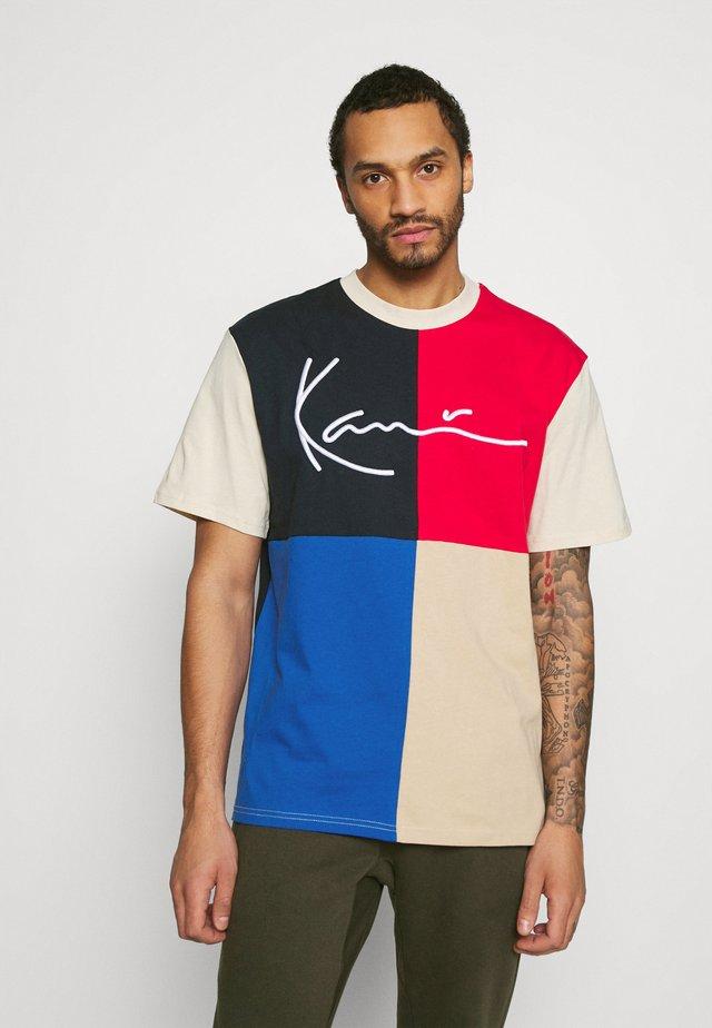 SIGNATURE BLOCK TEE UNISEX - T-shirt imprimé - blue