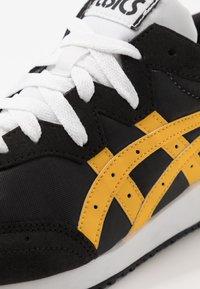 ASICS SportStyle - TARTHER - Baskets basses - black/saffron - 5