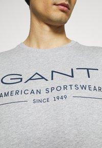 GANT - SUMMER - T-shirt med print - grey melange - 5