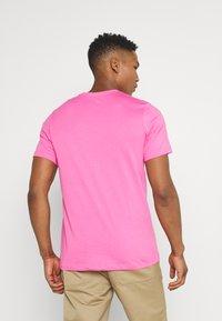 Nike Sportswear - CLUB TEE - T-shirt - bas - pinksicle/white - 2