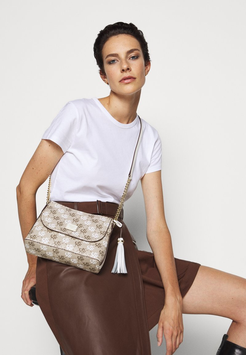DKNY - AALTA FLAP SHOULDER BAG LOGO - Skulderveske - brown multi/white