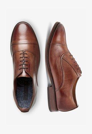 BLACK TOE CAP OXFORD SHOES - Klassiset nauhakengät - brown