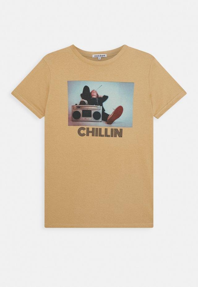 KAI TEE - T-shirt imprimé - tannin