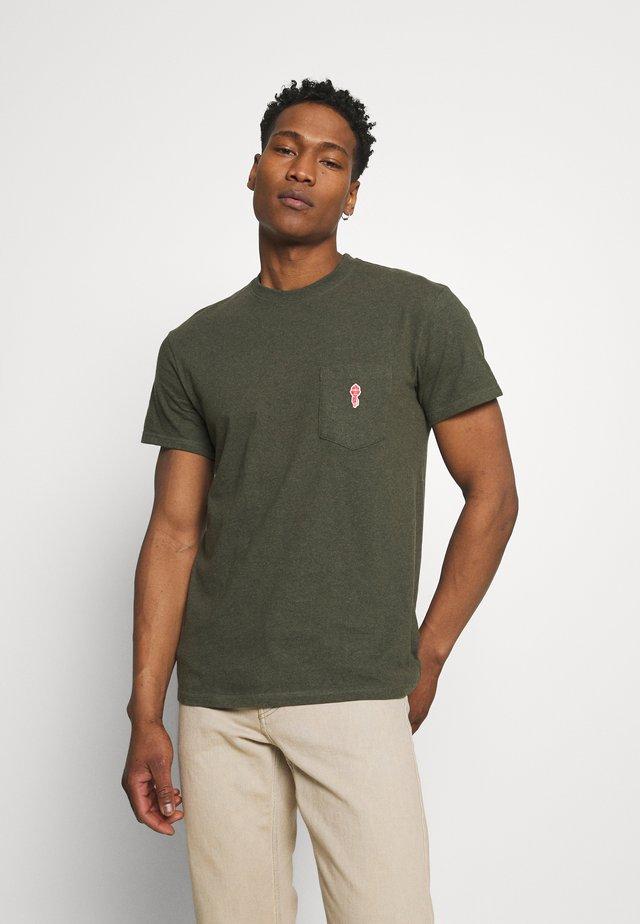 LOOSE FIT POCKET - T-shirts - army melange