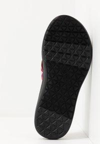Teva - VOYA - Sandály s odděleným palcem - cayambe firey red - 4