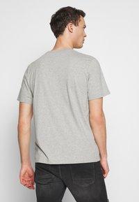 Timberland - KENNEBEC RIVER CAMO TREE TEE - Print T-shirt - medium grey heather - 2