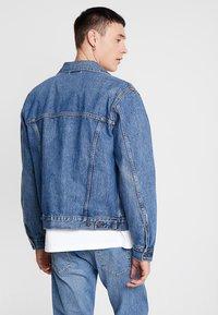 Levi's® - PATCH POCKET TRUCKER - Denim jacket - blue denim - 2