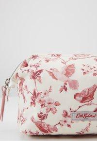 Cath Kidston - FRAME COSMETIC BAG - Akcesoria podróżne - warm cream - 2