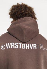 WRSTBHVR - WARREN HOODIE UNISEX - Hoodie - choc - 4
