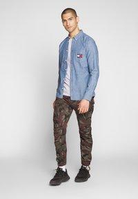 Tommy Jeans - TJM CHAMBRAY BADGE SHIRT - Shirt - mid indigo - 1