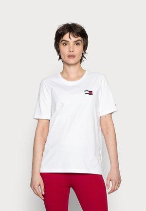 REGULAR MOTION FLAG TEE - T-shirt print - white
