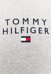 Tommy Hilfiger - STACKED FLAG HOODY - Collegepaita - medium grey heather - 7