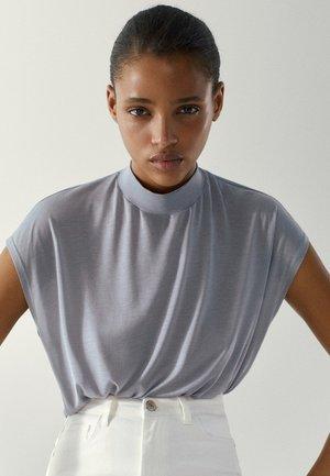 MIT GERIPPTEM STEHKRAGEN - T-shirt basic - blue