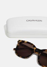 Calvin Klein - UNISEX - Sunglasses - brown - 2