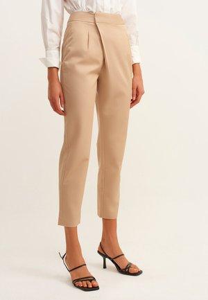 MIT SEITLICHEM VERSCHLUSS - Trousers - beige