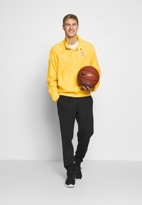 Nike Performance - NBA LOS ANGELES LAKERS CITY EDITION JACKET - Club wear - amarillo/white - 1