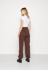 Nly by Nelly - PERFECT SLOUCHY PANTS - Pantalon de survêtement - brown - 2