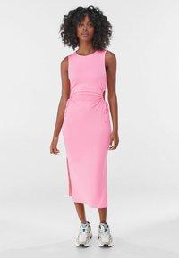 Bershka - MIT CUT-OUTS AN DER SEITE - Jersey dress - pink - 0