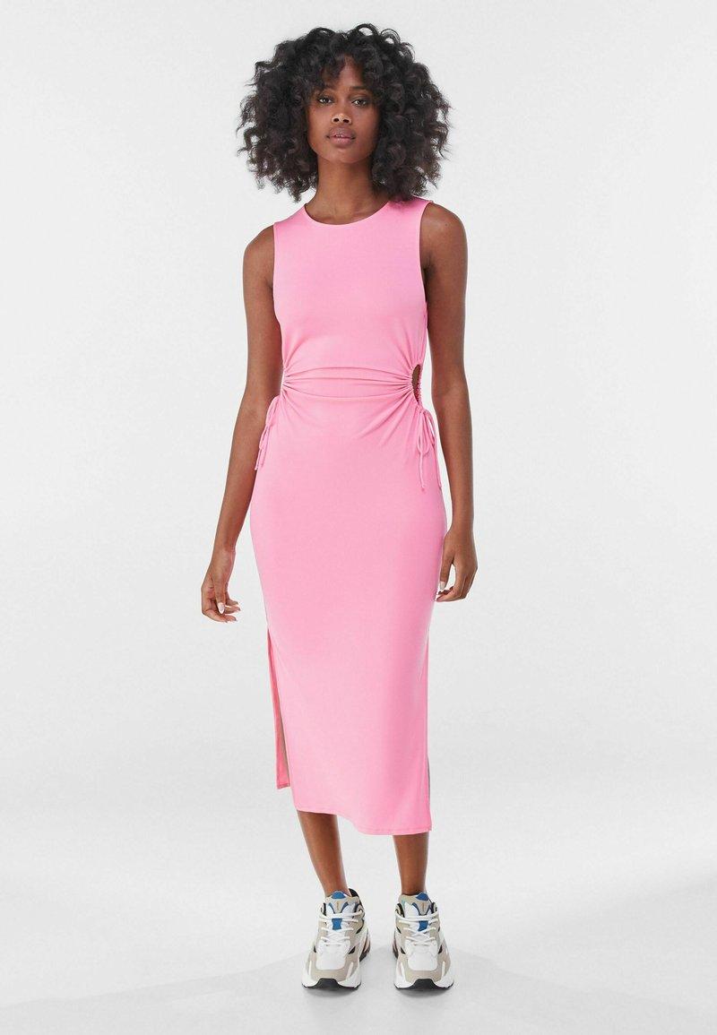 Bershka - MIT CUT-OUTS AN DER SEITE - Jersey dress - pink