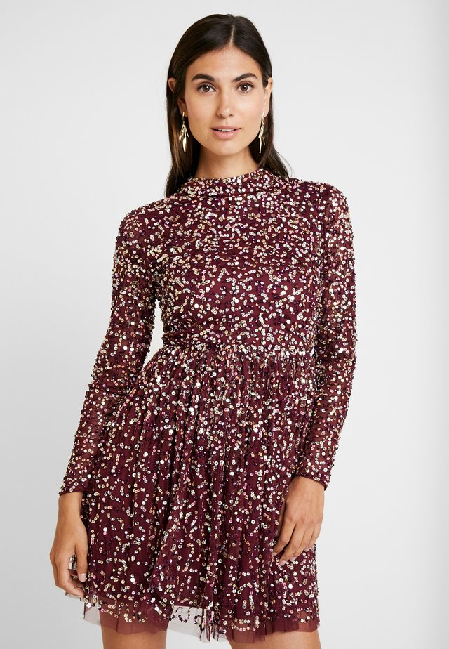 ALL OVER EMBELLISHED MINI DRESS WITH OPEN BACK - Robe de soirée - berry multi