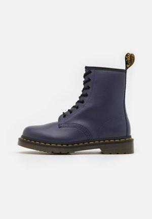 1460 EYE BOOT UNISEX - Šněrovací kotníkové boty - indigo