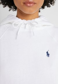 Polo Ralph Lauren - LONG SLEEVE - Jersey con capucha - white - 5