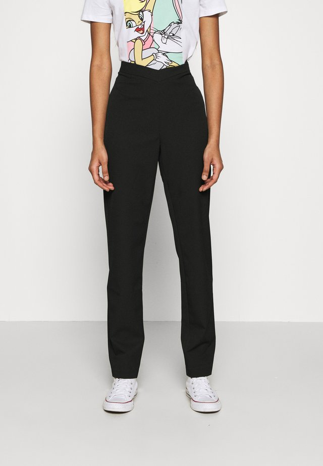 MATHILDE GØHLER V SHAPED WAIST STRAIGHT PANTS - Stoffhose - black