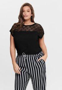 ONLY Carmakoma - CARFLAKE MIX TOP NOOS - T-shirts med print - black - 0