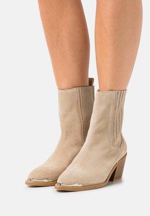 YASLATTE BOOTS - Cowboy/biker ankle boot - latte