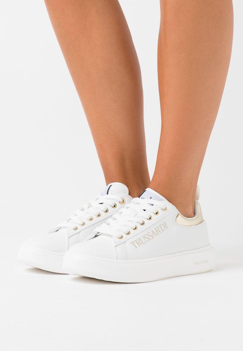 Trussardi - YRIAS LOGO PRINT - Sneakers basse - white/gold